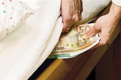 Tenere i soldi sotto al materasso. Conviene veramente?
